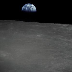 фотография Земли сделанна на фоне Луны. NASA