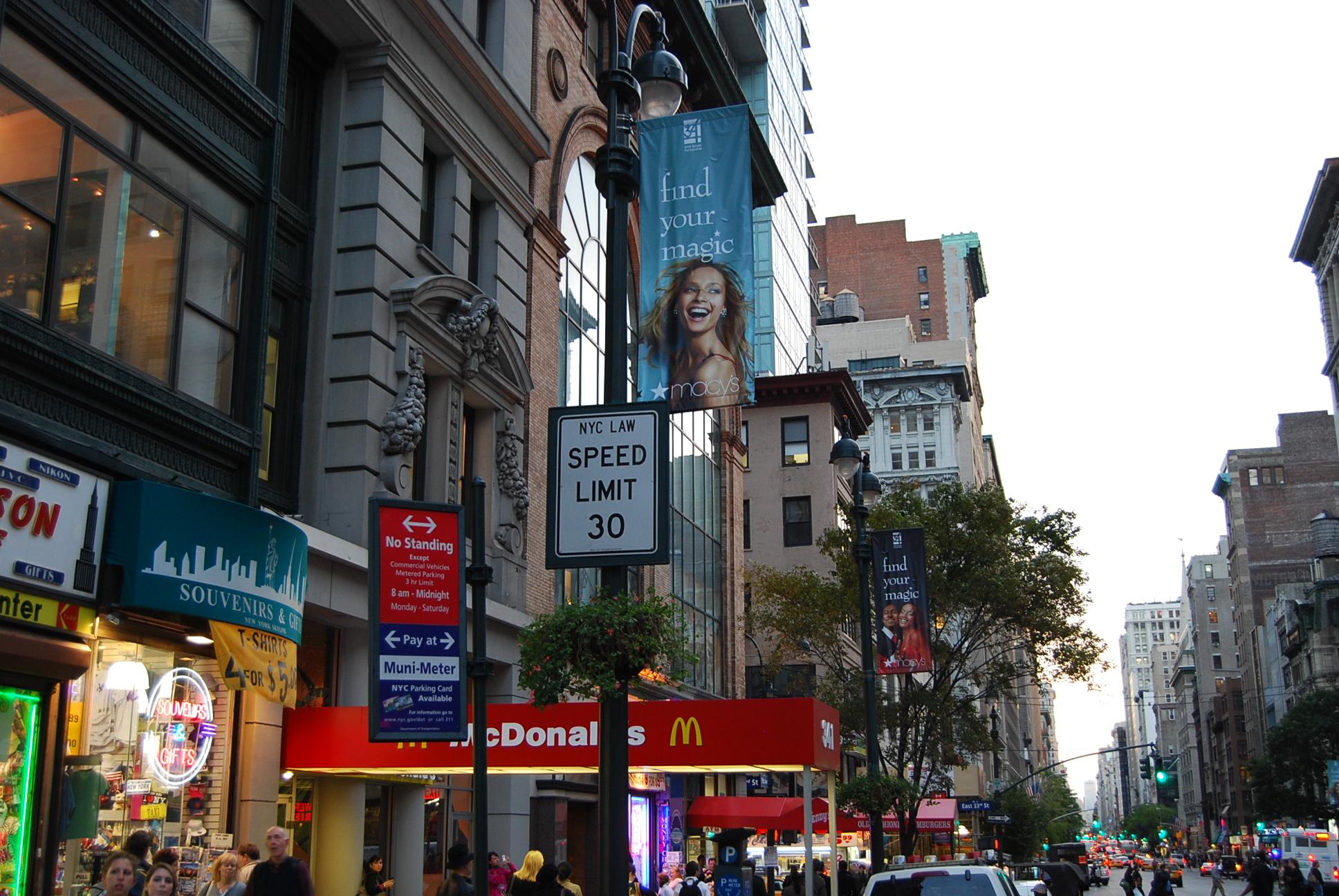 Finf your magic - реклама универмага Мэсис развешена на этой неделе на флагах по мидтауну в подходящих и не очень местах