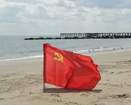 Водружён 8 мая 2011 на Coney Island – в честь полной капитуляции Германии Foto: Irina Mitnik USSR Victory Flag Brooklyn NY Coney Island Beach May 8 2011