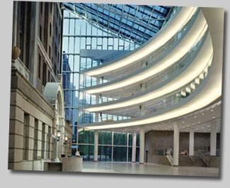 Бельведор госпиталь Нью-Йорк - фасад старого зданий заключен в современную стеклянную оболочку