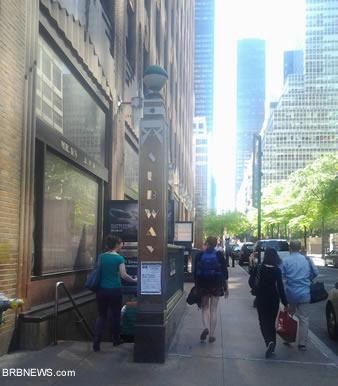 51 Street Manhattan Russian New York. Вход в метро возле удивительного небоскреба Дженерал Электрик