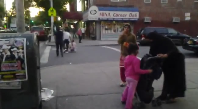 Чадра, закрывающая лицо эмигрантки в Нью-Йорке никого не удивляет. Китайские вывески, пакистанские наряды но пока еще на авеню Ю преобладает русская речь