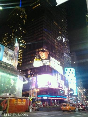 На Таймс сквер Нью-Йорк - с рекламы на народ направлен пистолет