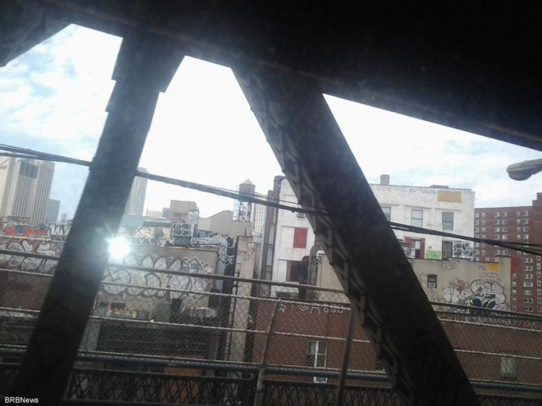 Нью-Йорк. Вид из вагона метро при вьезде в тунель Манхеттен с Манхеттен моста