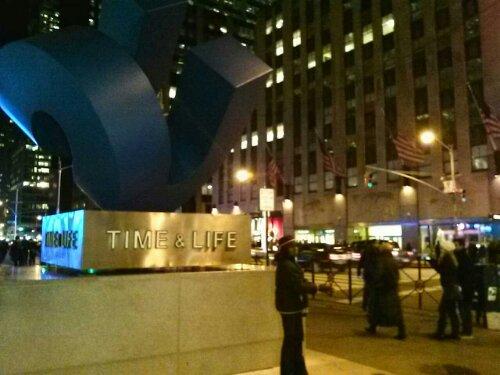 Время и Жизнь. Памятник на Шестой Авеню. Нью-Йорк. Манхэттен 2012